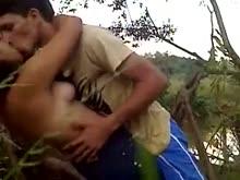 Dando uma rapidinha com a namorada no mato