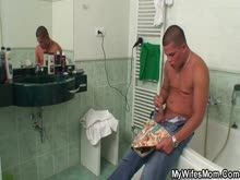 Traçando a sogra gordinha no banheiro