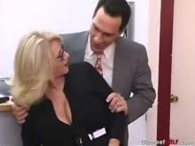Secretária madura peituda dando pro chefe