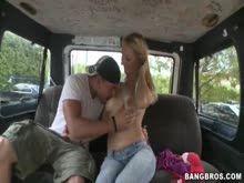 Loirinha chupando piru dentro do carro