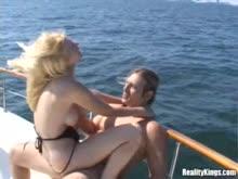 Prostituta dando cu no barco