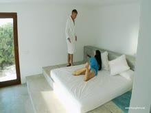 Dando um trato na magrinha em cima da cama