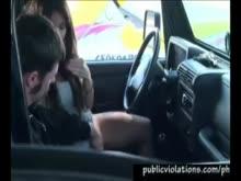 Sexo e boquete dentro do carro
