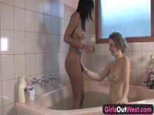 Porn tub lésbica morena e loira na banheira