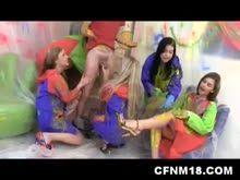 Cinco garotas fazem a festa com garotao