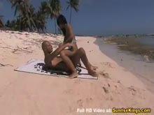 Dando o rabo na praia em publico