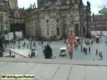 Loira nua em publico