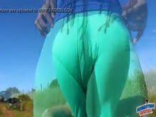 Mulher nua e gostosa se exibindo ao ar livre