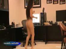 Taradinha se exibindo pelada no escritório